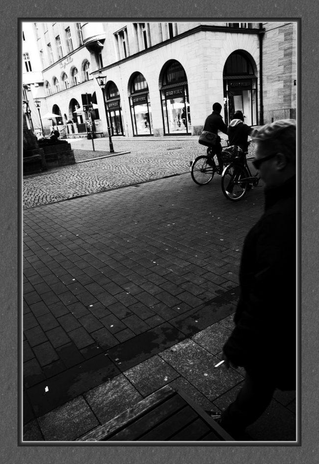 Lebensversuche mit der Digitalkamera auf monochrome Art oder als ich Albert Camus auf der Straße traf